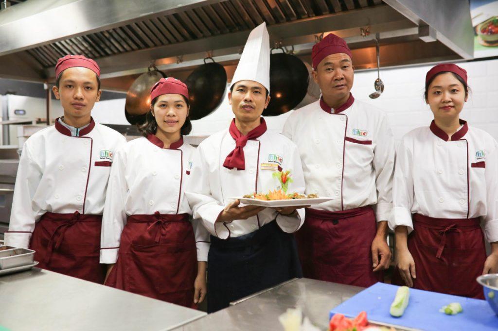 Chương trình dạy chế biến món ăn truyền thống Việt Nam cho khách du lịch nghe dau bep