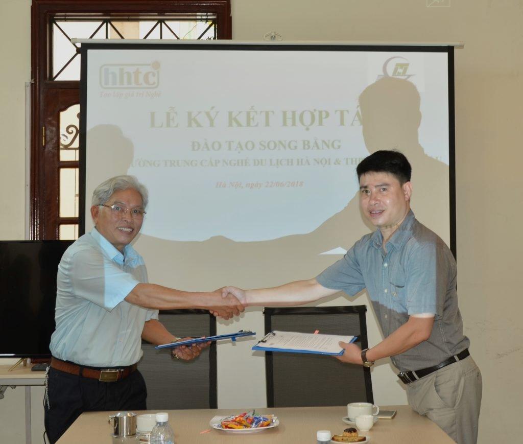 Lễ ký kết tác đào tạo song bằng giữa Trường Trung cấp Nghề Du lịch Hà Nội & THPT Hồ Tùng Mậu Anh Le ki ket song bang HTM HHTC 2