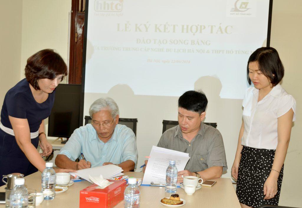 Lễ ký kết tác đào tạo song bằng giữa Trường Trung cấp Nghề Du lịch Hà Nội & THPT Hồ Tùng Mậu Anh Le ki ket song bang HTM HHTC 3 1