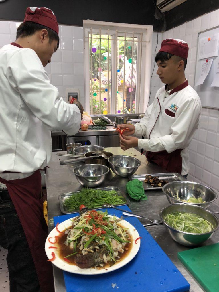 Khám phá ngày học đầu tiên của Lớp Kỹ thuật chế biến món ăn z1088551207390 ac7613db494bfb835a00cd5aa895a439