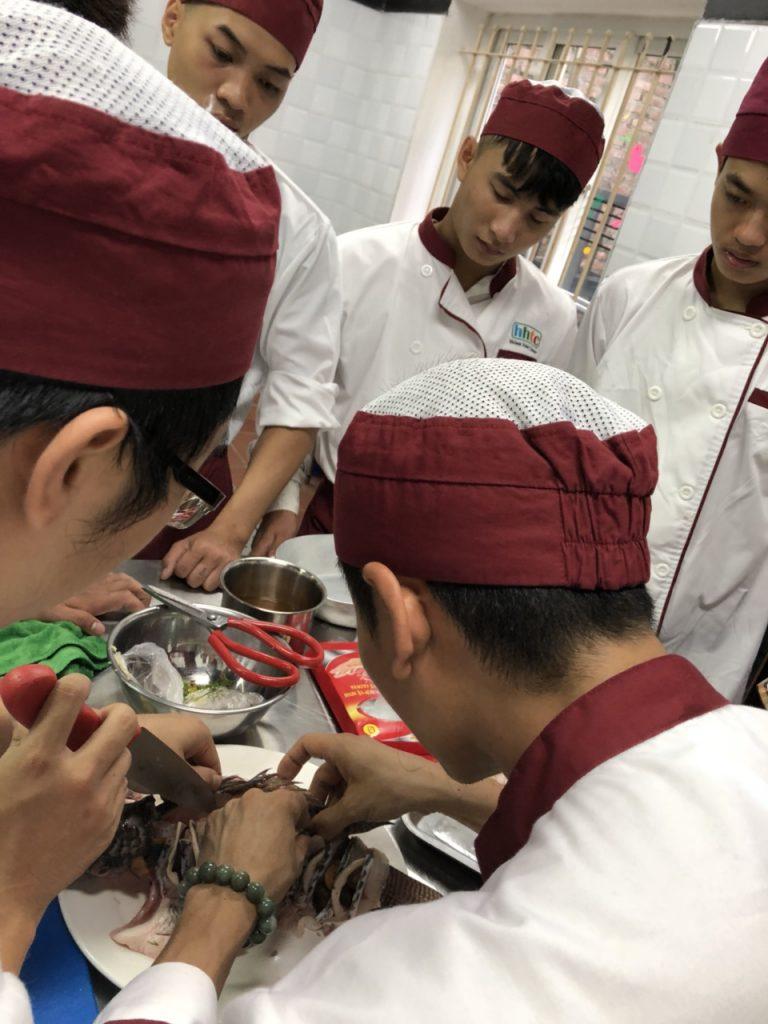 Khám phá ngày học đầu tiên của Lớp Kỹ thuật chế biến món ăn z1088551208934 5385764c721dbbc5999525e36e5875f2