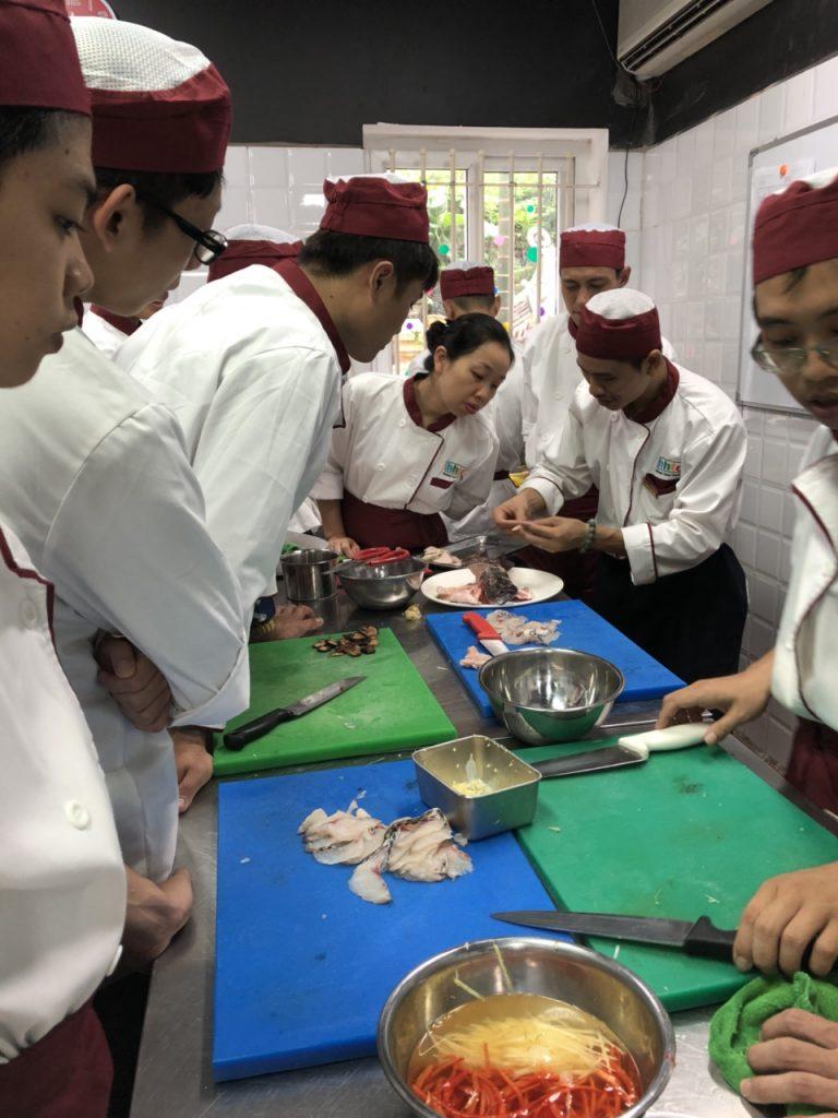 Khám phá ngày học đầu tiên của Lớp Kỹ thuật chế biến món ăn z1088551210467 61614286a18f17d2821c6378042bbbc8