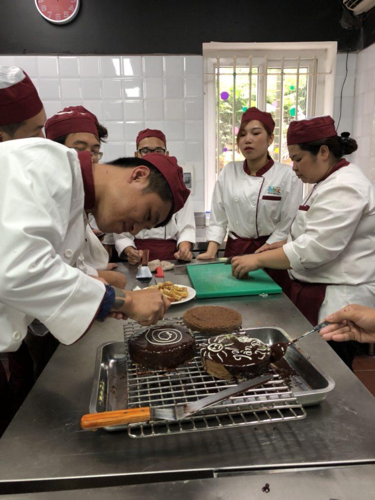 Khám phá ngày học đầu tiên của Lớp Kỹ thuật chế biến món ăn z1088551214383 f2dcf0229da2e4c737539f58f4cf08d8