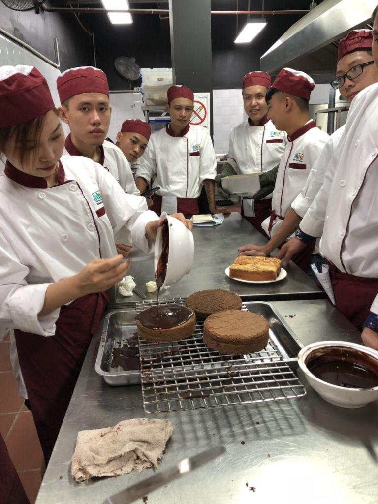 Khám phá ngày học đầu tiên của Lớp Kỹ thuật chế biến món ăn z1088551214721 f3e16fcf4d1793aef22a562f7c2c5282