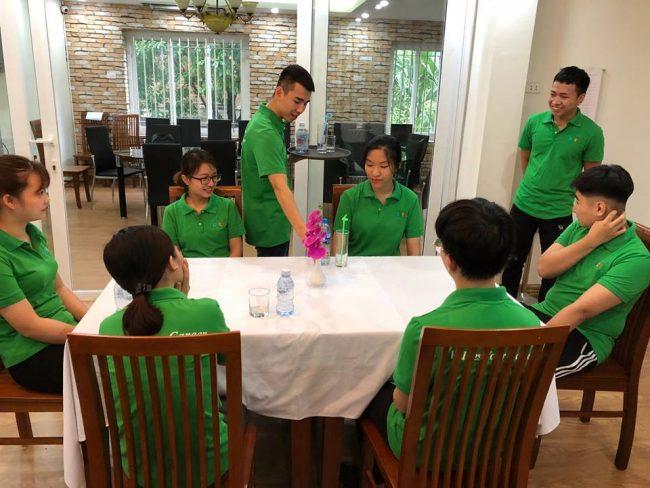 Học Nghiệp vụ nhà hàng chuyên nghiệp cùng học viên HHTC Fb07 e1536915317364