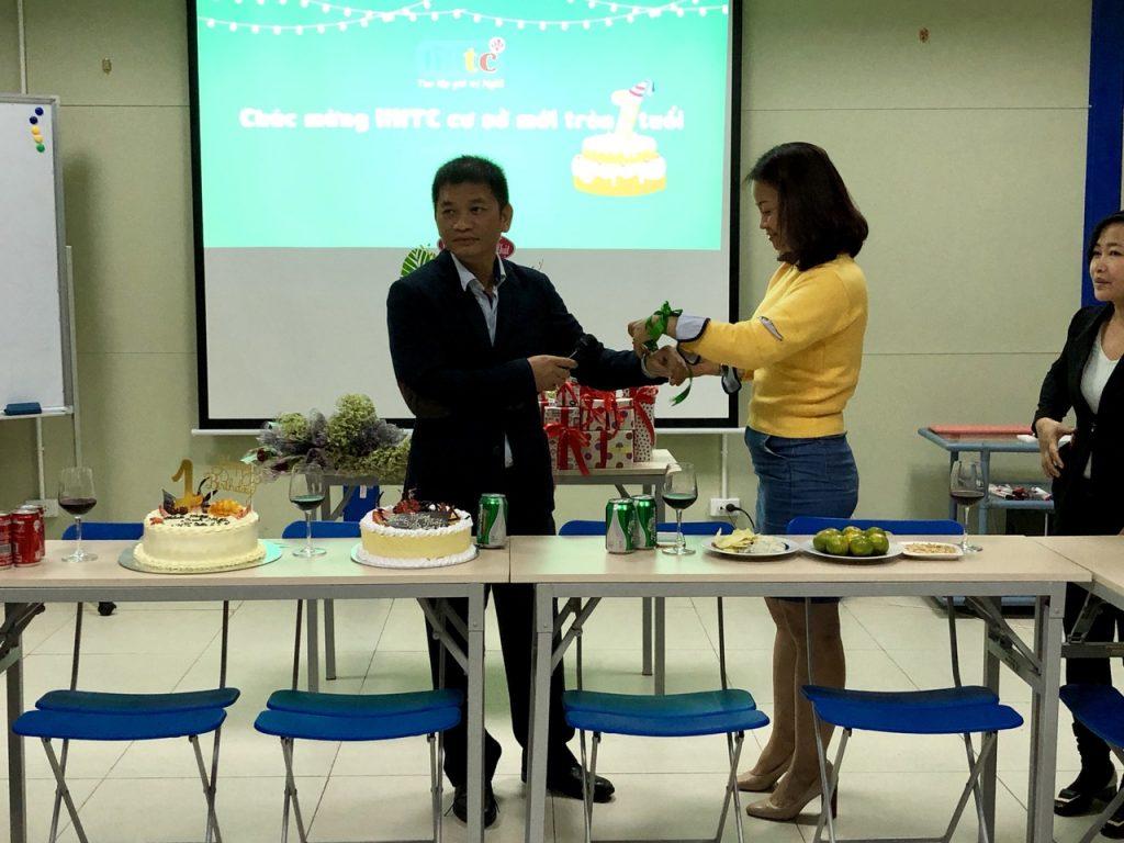 Trường HHTC tổ chức chúc mừng cơ sở mới tròn 1 tuổi và ngày 20/10 z1148904435587 febfda06d4e66f11498c47c79736ced7