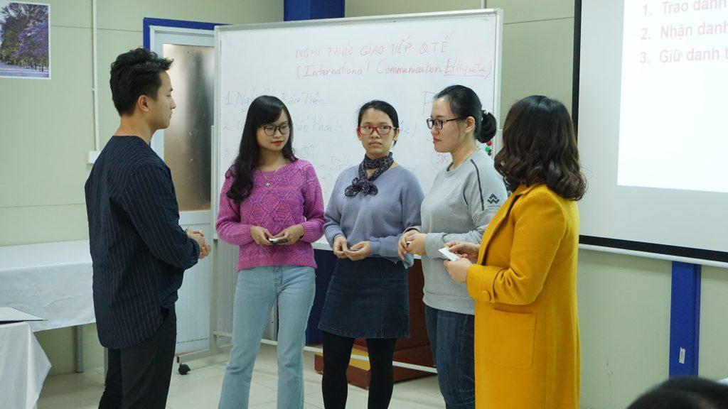 """Học """"Nghi thức giao tiếp quốc tế"""" để trở thành công dân toàn cầu DSC02397"""