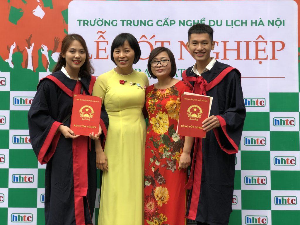 Học viên nhận bằng tốt nghiệp đợt II niên khóa 2018 - 2019 20191119 025301160 iOS