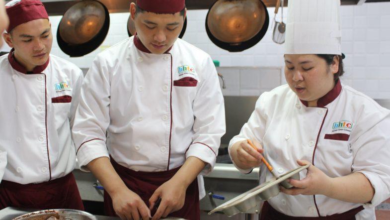 Chương trình dạy chế biến món ăn truyền thống Việt Nam cho khách du lịch IMG 2723