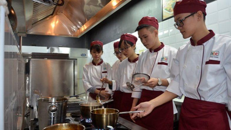 Đầu tư học nghề bếp - xu hướng học nghề hiện nay Thuc hanh nau an 2 1
